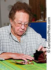 personne âgée, compte, leur, argent, depuis, pension