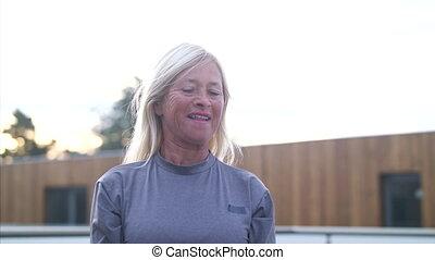personne âgée femme, écouteurs, exercise., kettlebell, ...