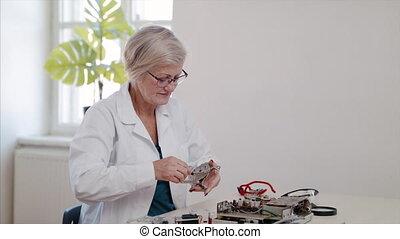 personne âgée femme, électrique, café, réparation, devices.,...