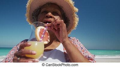 personne âgée femme, boire, plage, cocktail