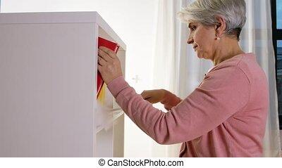 personne âgée femme, chiffon, maison, étagère, nettoyage
