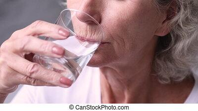 personne âgée femme, haut, eau, assoiffé, sain, verre, tenir fermeture