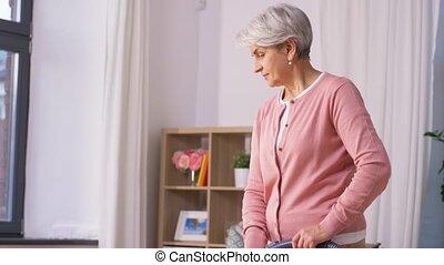 personne âgée femme, maison, nettoyeur, nettoyage, vide