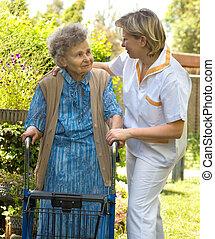 personne âgée femme, marche
