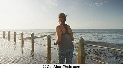 personne âgée femme, vue, arrière, promenade, courant