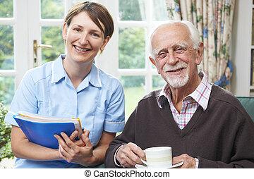 personne âgée homme, carer, maison