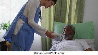 personne âgée homme, maison, infirmière, retraite, portion