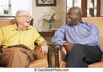 personne âgée hommes, délassant, dans, fauteuils