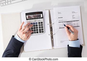 personne affaires, vérification, facture, à, calculatrice