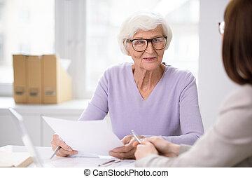 personne agee, écoute, agent, formulaire, sourire, assurance, elle, client, femme