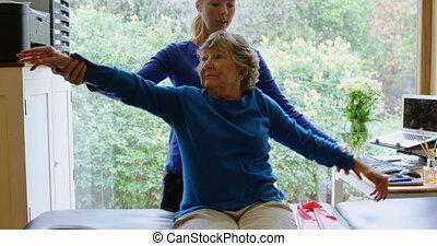 personne agee, étirage, épaule, 4k, femme, kinésithérapeute