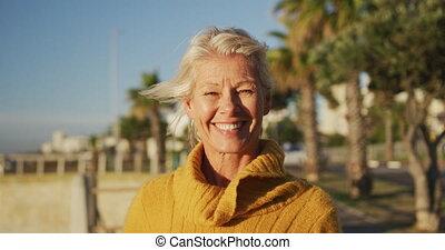 personne agee, a côté, vue, plage, femme, devant