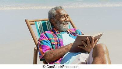 personne agee, actif, africaine, vue, livre lecture, transat, américain, homme, plage, 4k