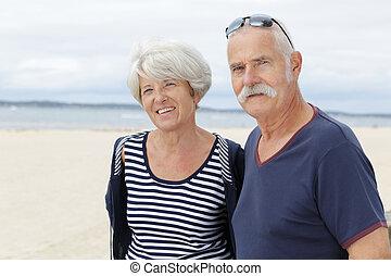 personne agee, affectueux, couple, vacances plage