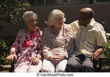 personne agee, amis, autre, jardin, vue, chaque, dialoguer, devant