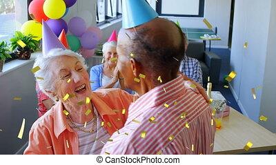 personne agee, amis, intérieur, célébrer, anniversaire