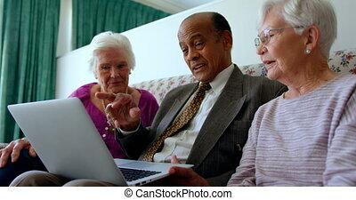 personne agee, amis, ordinateur portable, sur, mélangé-race, actif, maison, groupe, discuter, 4k, soins