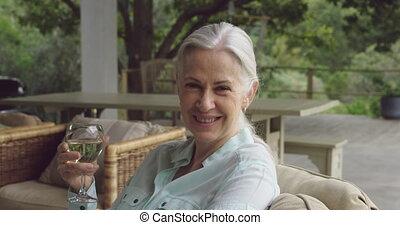 personne agee, apprécier, verre vin, femme