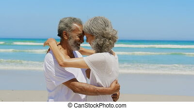 personne agee, autre, couple, côté, actif, africaine, vue, heureux, chaque, américain, embrasser, 4k, plage