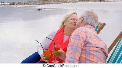 personne agee, autre, couple, vue côté, cocktail, chaque, caucasien, vieux, baisers, plage, boire, 4k