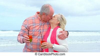 personne agee, autre, couple, vue, cocktail, chaque, caucasien, vieux, baisers, plage, boire, devant, 4k