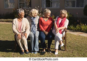 personne agee, autre, parc, groupe, chaque, femmes, dialoguer