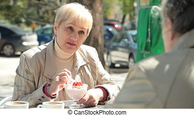 personne agee, café extérieur, femmes