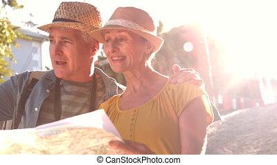 personne agee, carte, couple, regarder
