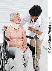 personne agee, cervical, conversation, docteur, fauteuil roulant, hôpital, patient, collier