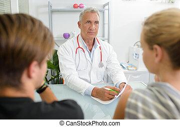 personne agee, conversation, couple, jeune docteur