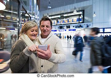 personne agee, couloir, couple, smartphone, métro
