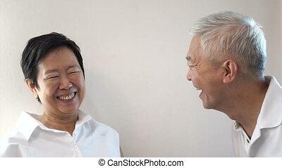 personne agee, couple heureux, asiatique