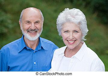 personne agee, couple heureux, ensemble, caucasien