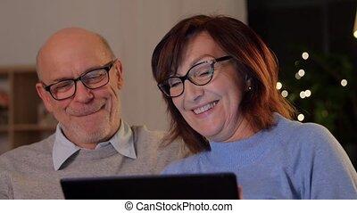 personne agee, couple heureux, tablette, maison, pc