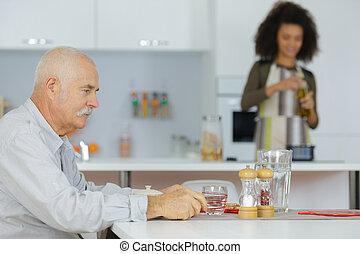 personne agee, déjeuner, préparer, homme, carer