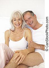 personne agee, délassant, couple, lit