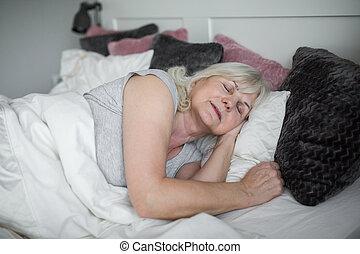 personne agee, dame, confortable, lit, dormir
