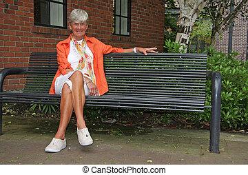 personne agee, dame, dans parc
