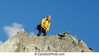 personne agee, debout, rocher, bras, 4k, haut, femme