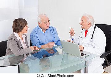 personne agee, discuter, couple, docteur