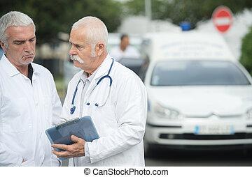 personne agee, docteur, à, collègue, presse-papiers avoirs, devant, ambulance