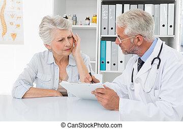 personne agee, docteur féminin, visiter, patient