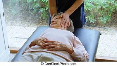 personne agee, donner, massage tête, femme, kinésithérapeute, 4k