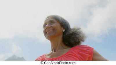 personne agee, elle, actif, africaine, soleil, vue, étirage, américain, bas, bras, plage, femme, angle