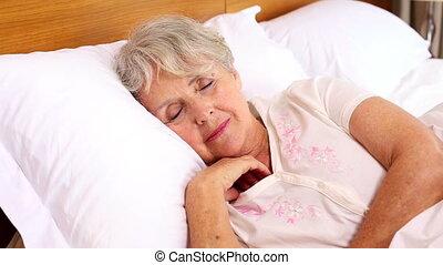 personne agee, elle, lit, réveiller, femme