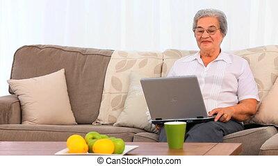 personne agee, elle, ordinateur portable, femme travail