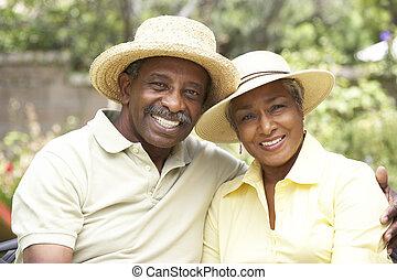 personne agee, ensemble, couple, jardin, délassant