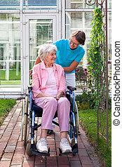personne agee, fauteuil roulant, dame, sourire heureux