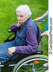 personne agee, fauteuil roulant, femme, infirmière