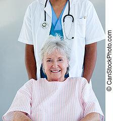 personne agee, fauteuil roulant, patient, sourire, séance